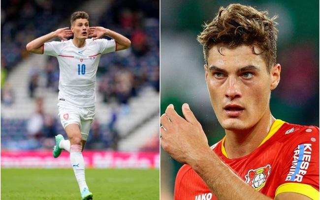"""Trai đẹp người Czech lập siêu phẩm từ giữa sân khiến Scotland """"thất thần"""" tại EURO 2020: Là """"truyền nhân của Ibrahimovic"""", giá trị chuyển nhượng tăng gấp 6 lần trong 1 năm nhưng tiếc là """"hoa có chủ"""""""