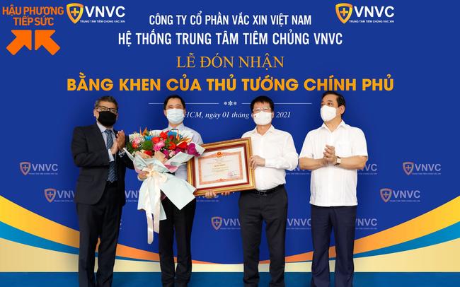 """""""Cú liều"""" 30 triệu USD của VNVC và Bằng khen của Chính phủ cho đơn vị đầu tiên đưa vaccine Covid-19 về Việt Nam"""