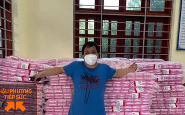 Không quản nắng nóng, người đàn ông Bắc Giang tiếp tế 10.000 gói băng vệ sinh cho chị em trong khu cách ly