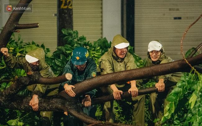 Chùm ảnh Hà Nội sau cơn mưa trắng trời: Cây đổ khắp phố phường, mất điện, người dân không kịp trở tay