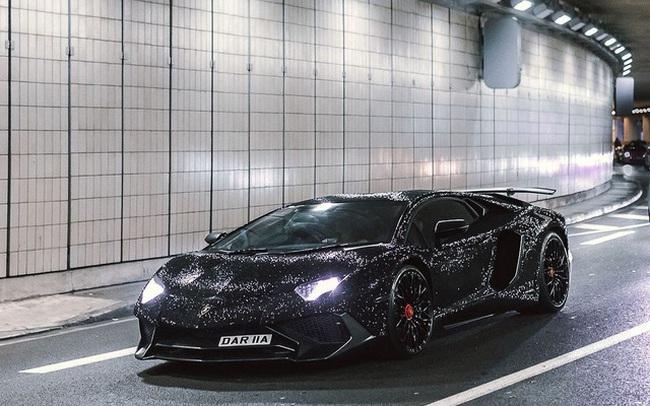 Lamborghini Aventador đính 2 triệu viên pha lê của nữ người mẫu 28 tuổi tái xuất trên đường phố