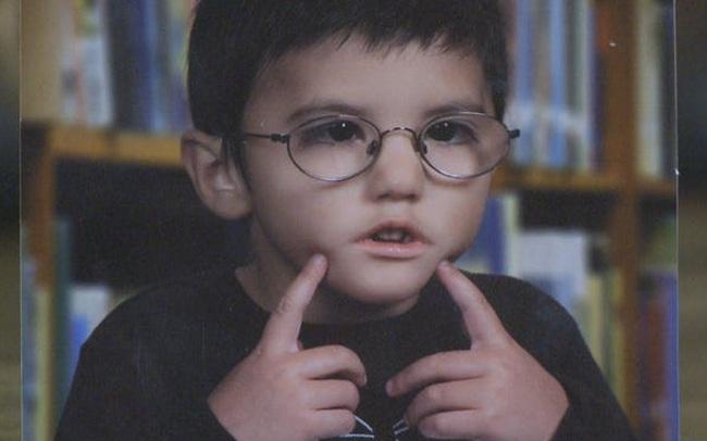 """Vừa ra đời đã bị bác sĩ vô tình làm rơi, bé trai từng được chẩn đoán """"suốt đời không thể cười"""" gây xúc động với hình ảnh sau 12 năm"""