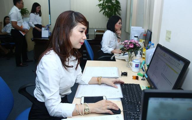 Bộ Nội vụ: Cán bộ không mặc quần bò, váy ngắn, váy xẻ tà cao ở nơi làm việc