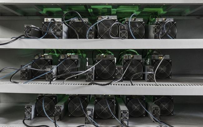 """Nhà sản xuất máy đào lớn nhất thế giới dừng bán """"trâu cày"""" Bitcoin"""