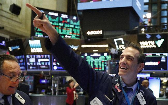 Cổ phiếu ngân hàng bứt phá, S&P 500 tiếp tục lập đỉnh mới