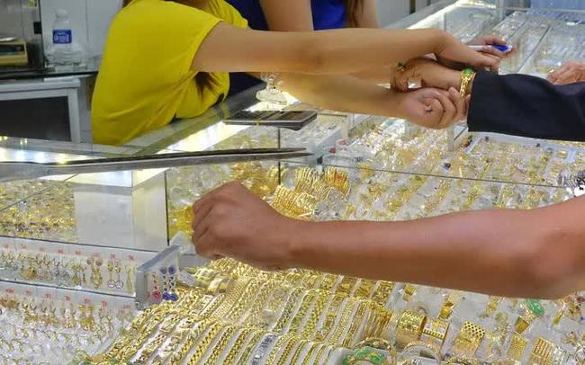 Giá vàng hôm nay 26-6: Bật tăng khi USD suy yếu