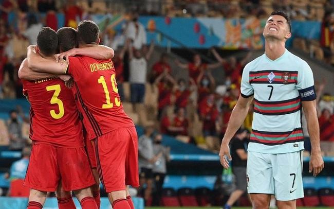 Hình ảnh buồn nhất hôm nay: Ronaldo thất vọng ném đi băng đội trưởng, lặng lẽ rời khỏi kỳ Euro có thể là cuối cùng trong sự nghiệp