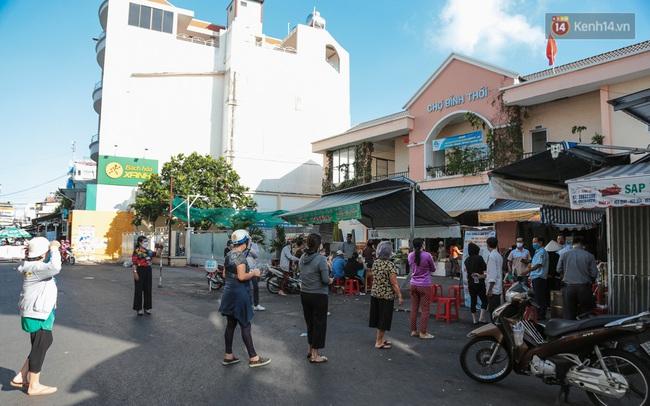 """Người dân xếp hàng đi chợ bằng tem phiếu lần đầu tiên ở Sài Gòn: """"Tôi thấy phát phiếu đi chợ rất tốt, an toàn cho mọi người trong mùa dịch"""""""