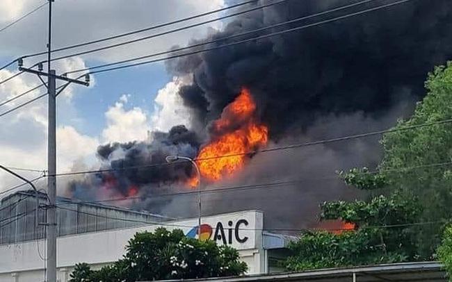CLIP: Đang cháy lớn ở KCN Long Bình, cột khói cao hàng trăm mét