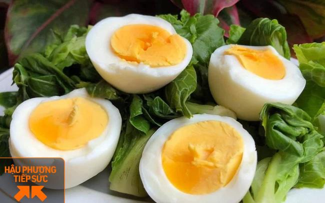 Anh nông dân tặng 12.000 quả trứng của gà nuôi bằng thảo dược, nghe nhạc Mozart cho y bác sĩ Bắc Giang