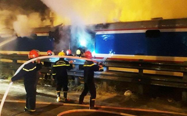 Một toa tàu SE8 bất ngờ cháy dữ dội, khẩn cấp sơ tán hành khách