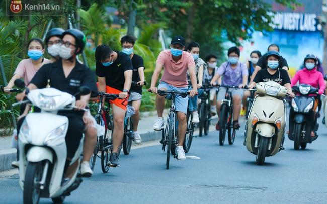 Người Hà Nội đổ xô đi thuê xe đạp, tiểu thương ung dung kiếm tiền triệu mỗi ngày
