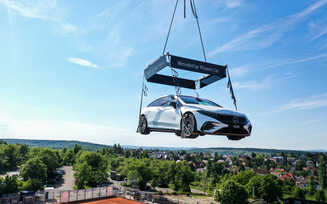 """Mercedesdes-Benz treo một chiếc EQS trên trời, ai cũng ước được nó """"rơi trúng đầu"""""""
