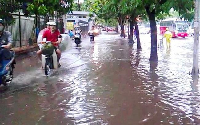 Nhiều tuyến phố tại Hà Nội ngập nặng sau cơn mưa chiều