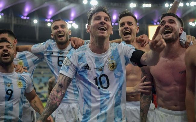 Ảnh: Messi được cả đội tung lên trời sau khi giành chức vô địch đầu tiên với ĐT Argentina