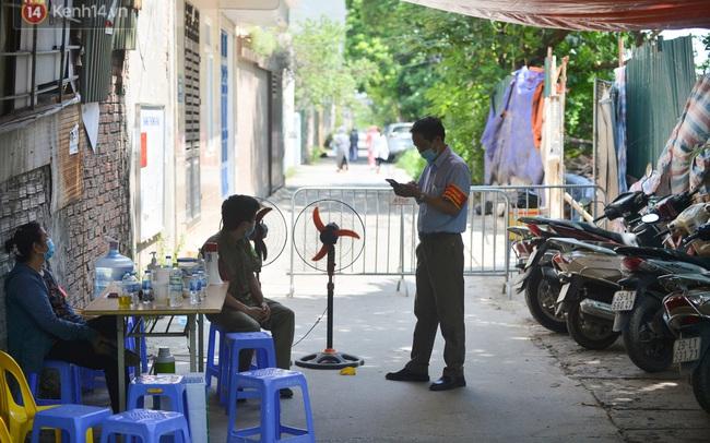 Hà Nội: Phong toả con ngõ tại phường Mỹ Đình, nhân viên y tế gọi cửa từng nhà để khai báo y tế