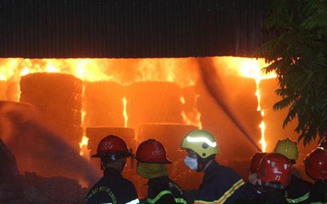 Quảng Ninh: Cháy xưởng lốp trên 4.000m2 gây thiệt hại nặng nề