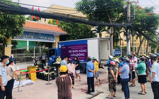 Xe tải chở thịt heo, rau củ, gạo... đến bán tận khu dân cư, người dân xếp hàng mua