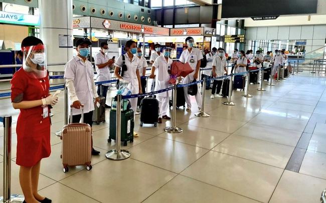 Gần 1000 nhân viên y tế cùng vaccine Pfizer bay vào hỗ trợ TP.HCM