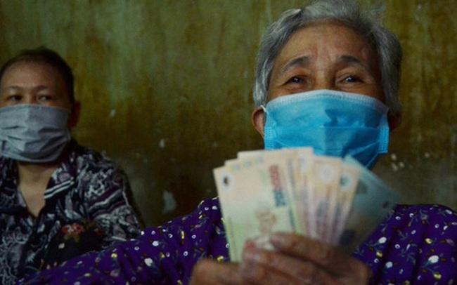 """""""Bô lão vé số"""" ở TP. HCM run run ký nhận gói hỗ trợ 886 tỷ đồng: Có tiền chúng tôi góp lại tặng người bị giật vé số"""