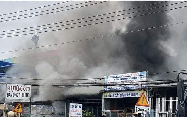CLIP: Cháy lớn kế bên cây xăng Hưng Lộc, cột khói bốc cao cả trăm mét