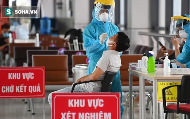 [ẢNH]: Cận cảnh dịch vụ test nhanh Covid-19 trong 30 phút ở sân bay Nội Bài cho hành khách đi TP.HCM