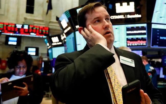 Nỗi lo lạm phát gia tăng, Dow Jones rớt gần 300 điểm