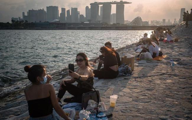 """Giải mã những mâu thuẫn trong chiến lược """"sống chung với dịch"""" của Anh và Singapore"""