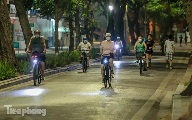 'Né' lực lượng chức năng, người dân Thủ đô rủ nhau tập thể dục lúc 3 giờ sáng