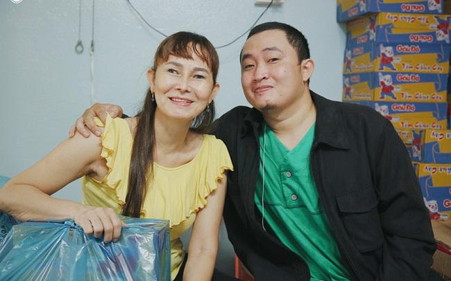 """Mẹ khiếm thị, con trai nấu cơm rồi đi khắp Sài Gòn để tặng người khuyết tật: """"Mẹ có anh đi còn té ngã, cô chú ngoài kia chẳng biết sống sao"""""""