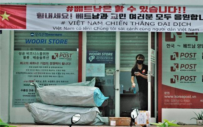 Hình ảnh độc đáo về người nước ngoài giãn cách xã hội ở Việt Nam