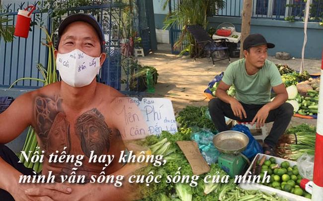 """Anh Minh Râu bán rau """"siêu ngầu"""" tâm sự chuyện đời: Nổi tiếng hay không, mình vẫn sống cuộc sống của mình!"""