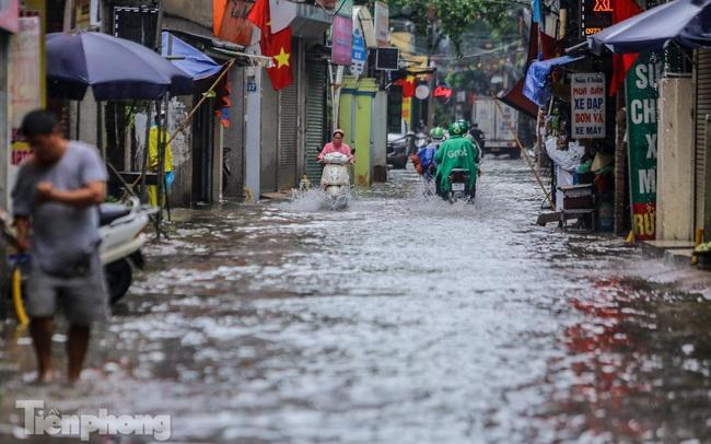 Nước tràn vào nhà, 'phố biến thành sông' sau mưa lớn ở Hà Nội
