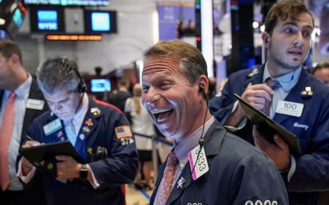 Dow Jones tăng hơn 200 điểm, lần đầu tiên đóng cửa trên mốc 35.000 điểm