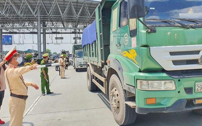 Cửa ngõ Hà Nội ùn ứ, doanh nghiệp kêu trời khi xin 'giấy phép' luồng xanh