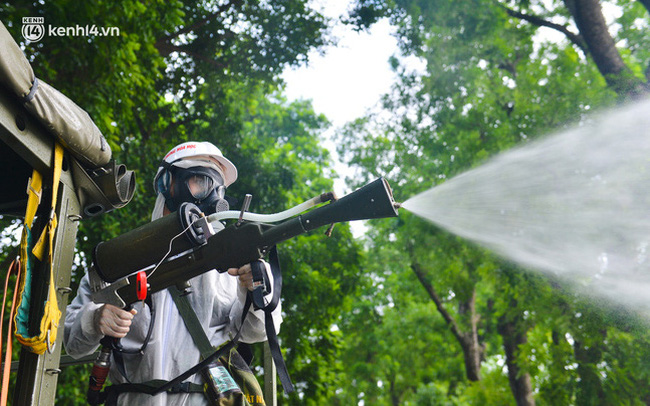 Ảnh: Hàng chục xe chuyên dụng bắt đầu phun khử khuẩn quanh Hồ Gươm và nhiều tuyến phố chính tại Hà Nội