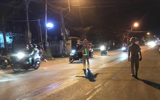 Clip: Xuyên đêm sửa xe miễn phí cho đoàn người từ miền Nam về quê bằng xe máy