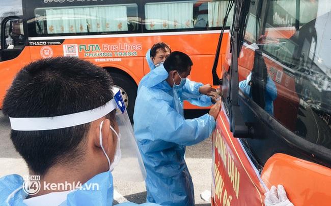 """Hơn 300 người dân Bến Tre rời TP.HCM về quê trên chuyến xe đặc biệt: """"Được quê hương che chở sẽ an tâm hơn"""""""