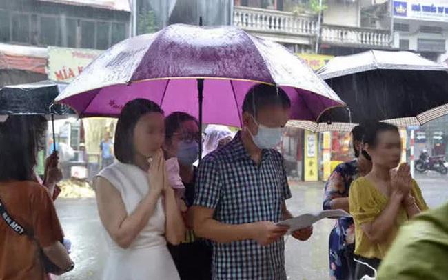 Cận cảnh các sĩ tử đội mưa to vái vọng ở Văn Miếu trước kỳ thi THPT