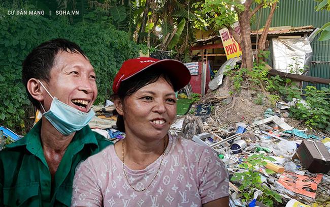 """Vợ chồng 10 năm dựng lán làm nhà, bị nợ lương vẫn bám trụ với nghề quét rác, lý do khiến nhiều người """"đỏ mặt"""""""