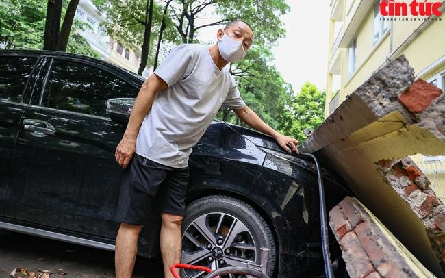Bức tường đổ sập trong mưa đè bẹp 13 xe ô tô