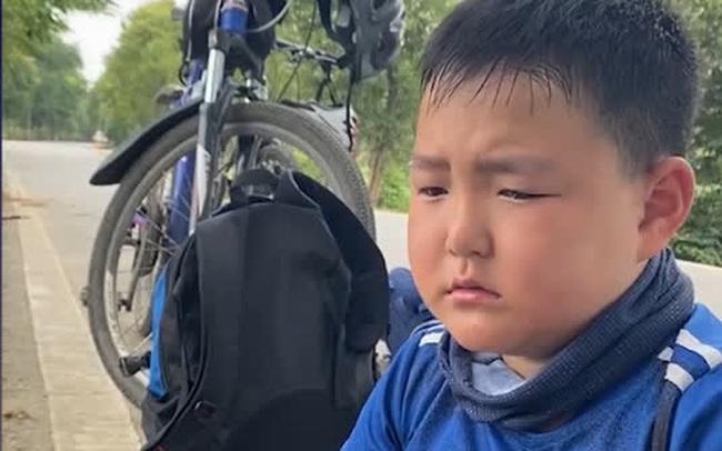 Bố bắt con trai 8 tuổi đạp xe 150 cây số trong 3 ngày để về nhà ngoại, nhìn hành trình của hai bố con mà ai cũng nể