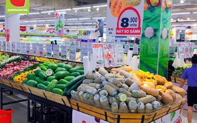 Trái ngược với cảnh trống trơn, các kệ siêu thị lại đầy ăm ắp rau củ, cá tôm trong ngày đầu TP.HCM giãn cách xã hội