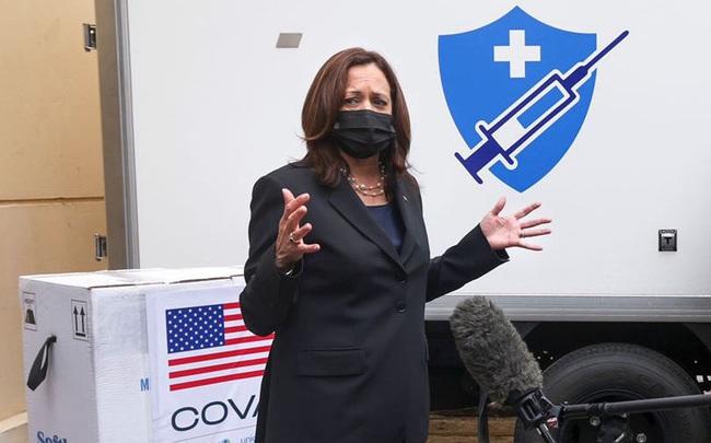 Chùm ảnh: Phó Tổng thống Mỹ Kamala Harris tham quan kho siêu lạnh bảo quản vắc xin ở Viện Vệ sinh Dịch tễ Trung ương