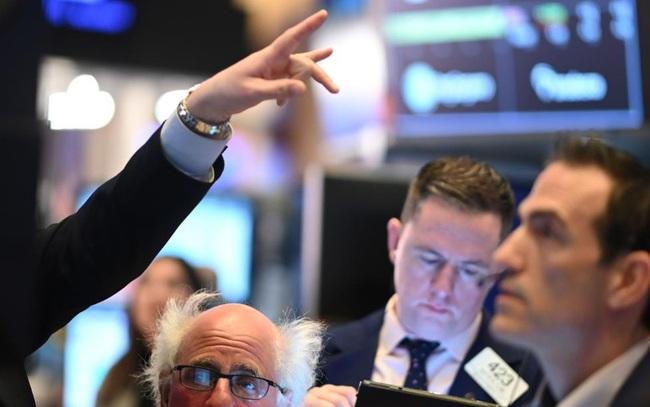 Bất chấp lo ngại dịch bệnh lan rộng, Dow Jones vẫn tăng gần 300 điểm và tiến sát mức cao kỷ lục