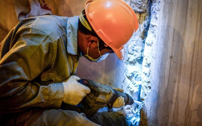 Hà Nội: Hàng chục công nhân làm việc xuyên đêm để sửa chữa hầm chui Kim Liên