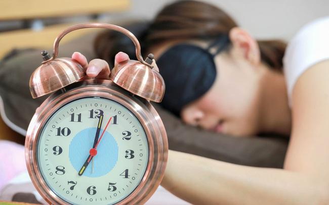 Cùng ngủ 8 tiếng nhưng lên giường lúc 9 giờ tối và 11 giờ tối cho hai kết quả khác nhau: Nên đi ngủ lúc mấy giờ là lý tưởng nhất?