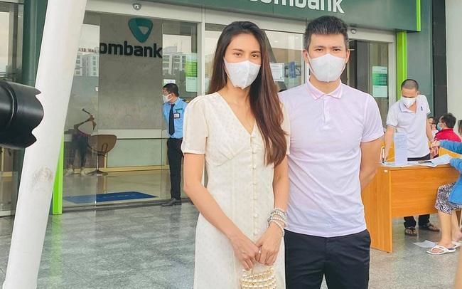 Vợ chồng Thủy Tiên - Công Vinh đã có mặt ở ngân hàng, tiết lộ có 18.000 trang kê và thông báo lùi giờ livestream tới 15h