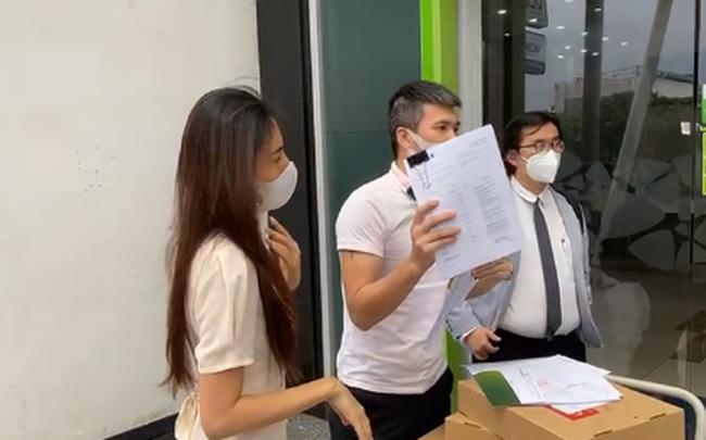 Thuỷ Tiên - Công Vinh không được livestream trong ngân hàng