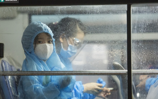 """Hà Nội: 8 xe buýt di dời gần 1.200 người dân tại """"ổ dịch"""" Thanh Xuân Trung đến vùng an toàn"""
